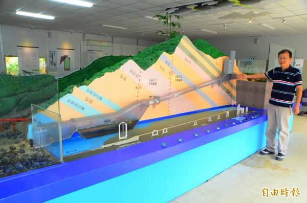 透過等比例模型,讓外界對山體內的防淤隧道,有更深入的的認識。(記者吳俊鋒攝)