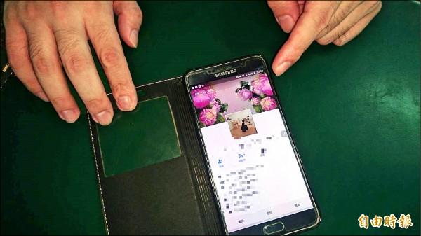 吳垠說,妻子的臉書有許多他與妻子生前的合照,以前總是不好意思讓別人看,要他隱藏起來,現在他最大的希望就是多看妻子一面,即使是只有照片。(記者王捷攝)