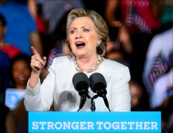 美國總統大選進入倒數階段,民主黨候選人希拉蕊一日在關鍵戰場佛羅里達州造勢,痛批共和黨候選人川普是歧視女性的「惡霸」。(歐新社)
