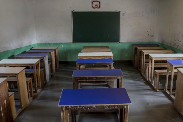 印度有公務員考試為了防作弊,規定考生連鞋子也不能穿,圖為印度某間學校的空教室。(美聯社)