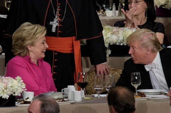 美國共和黨總統候選人川普(右)在近來的民調上,以46%小勝民主黨總統候選人希拉蕊(左)的45%。(法新社)