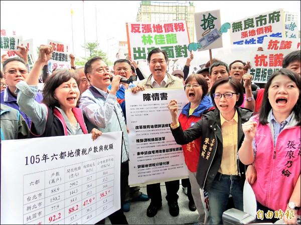 國民黨議員號召民眾至市府抗議地價稅飆漲。(記者張菁雅攝)