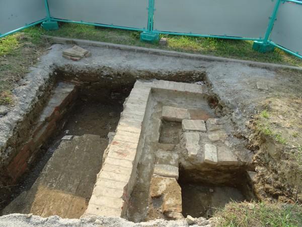 成功國小試掘坑發現疑似清代遺構。(記者洪瑞琴翻攝)