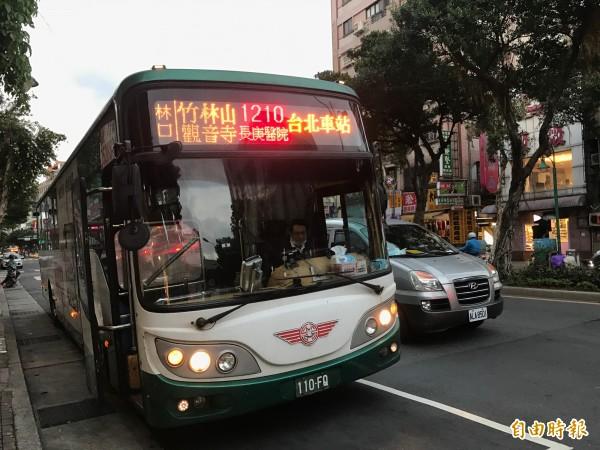 因台北西站拆遷,11條國道客運改換站點,但大部分客運都可停靠台北車站週邊,林口發車的1210國道巴士,卻改到路程多了10多分鐘的重慶北路、華陰街口。(記者葉冠妤攝)