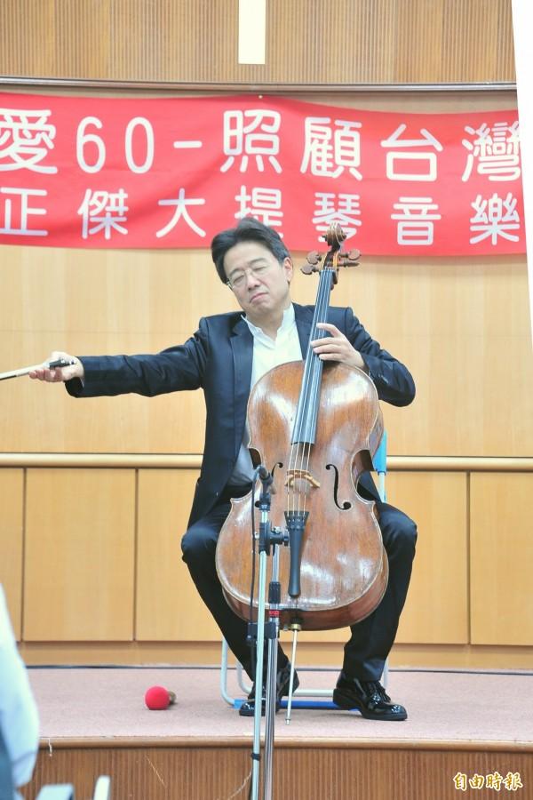大提琴家張正傑、鋼琴家謝婉玲今晚南下恆春,在恆春基督教醫院舉辦音樂會。(記者蔡宗憲攝)