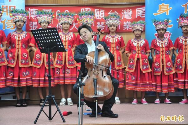 張正傑和排灣族高士古謠隊帶來「伐樹歌」如天籟。(記者蔡宗憲攝)