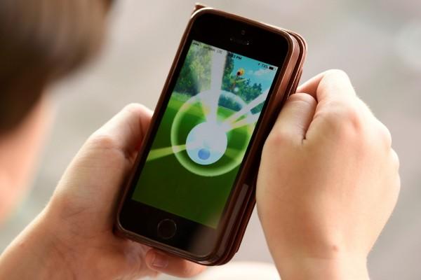精靈寶可夢GO遊戲從上市以來,立刻躍居遊戲市場排名第一,也在日本熱銷榜搶占龍頭寶座。(路透)
