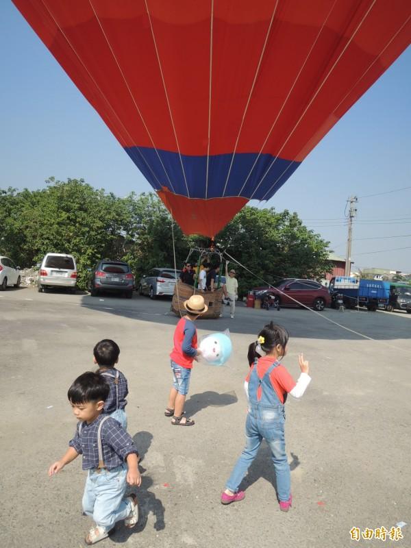 虎尾毛巾節活動現場,主辦單位安排熱氣球定點體驗,讓小朋友最感新奇。(記者廖淑玲攝)
