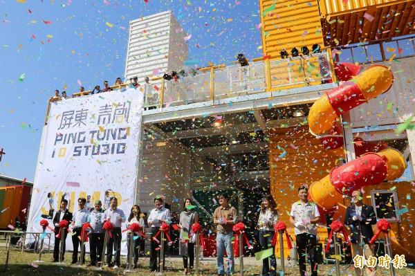 亞洲最大的貨櫃建築「青年P基地」今天正式啟用。(記者邱芷柔攝)