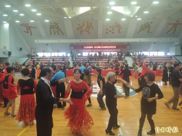 台澎舞林高手齊聚一堂,相互交流觀摩舞技。(記者劉禹慶攝)