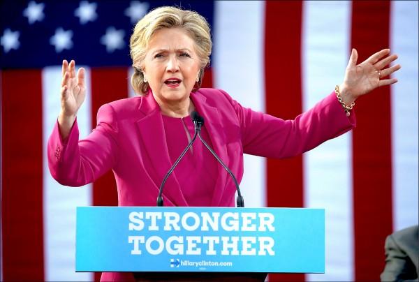 美國民主黨總統候選人希拉蕊.柯林頓與共和黨總統候選人川普,3日於搖擺州北卡羅萊納州催票。(法新社)