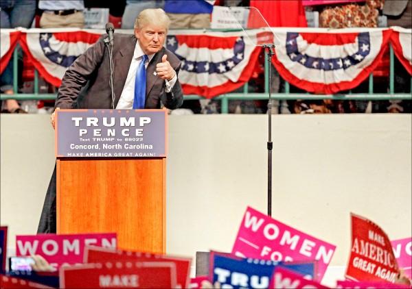美國民主黨總統候選人希拉蕊.柯林頓與共和黨總統候選人川普,3日於搖擺州北卡羅萊納州催票。(美聯社)