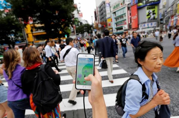 一名一邊開車一邊玩寶可夢的卡車司機撞死了一名小學四年級的男童,對此日本警方已經發出一份請願書,要求遊戲公司移除道路上的寶可夢、補給站及道館。(路透)