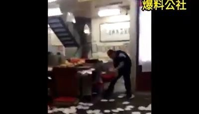 蛋餅哥自稱「中山聯盟話事人」,大摔豆漿店內盤子。(記者姚岳宏翻攝臉書爆料公社)