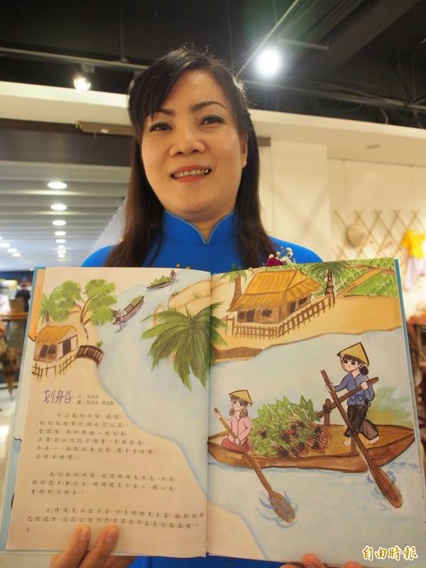 阮玉水透過繪畫重現與母親划船採空心菜的回憶。(記者王秀亭攝)
