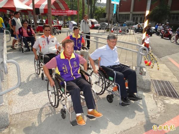南市慈光身障協會邀官員、社團領袖坐輪椅行駛體驗無障礙環境。(記者王俊忠攝)