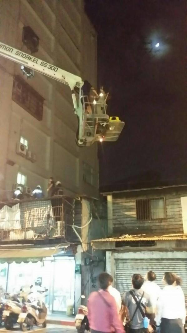 警方與消防人員到場救援。(記者王冠仁翻攝)
