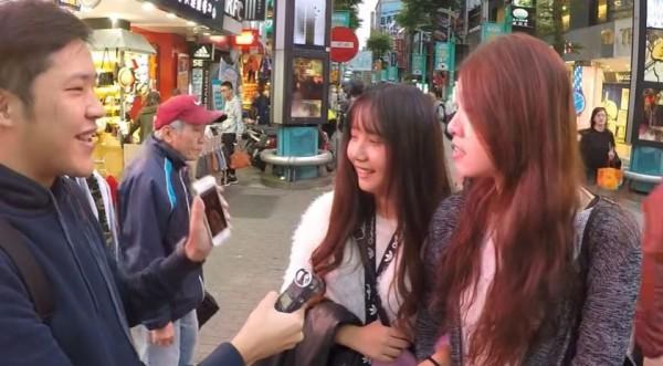 謙桑仿效三原慧悟,詢問台灣人,最有名的日本人是誰?(圖取自YouTube)