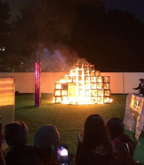 今日傍晚5點20分左右,在日本東京都新宿區明治神宮外苑棒球場所舉辦的設計展中,其中一項大型木製展品突然起火。(圖擷自twitter)