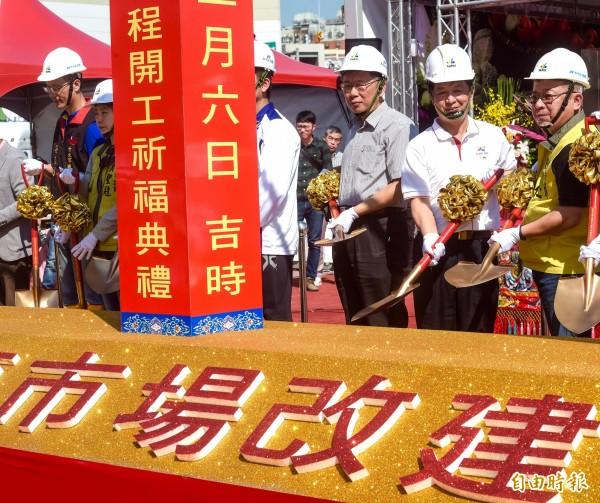 台北市長柯文哲6日出席環南市場改建工程開工祈福典禮,帶領現場貴賓一同上香,並主持「開鏟」祈求工程順利推動。(記者黃耀徵攝)