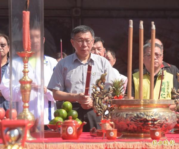 台北市長柯文哲6日出席環南市場改建工程開工祈福典禮,帶領現場貴賓一同上香,祈求工程順利推動。(記者黃耀徵攝)