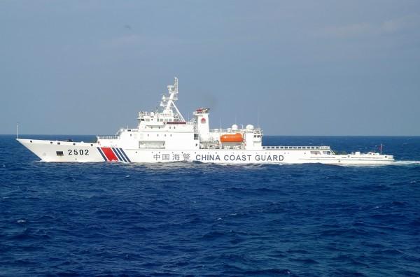 中國4艘海警船今(6)日上午駛入釣魚台附近海域,遭日本巡邏船警告後駛離;日本指控中國公務船闖入日本領海,並已就此事向中國提出抗議。(法新社)
