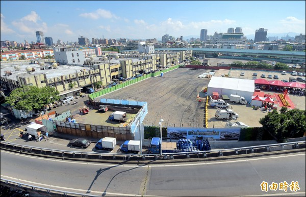 台北市環南市場改建喊了十八年,昨天終於動工,第一期基地在舊家禽批發市場及原公車保養廠。(記者黃耀徵攝)