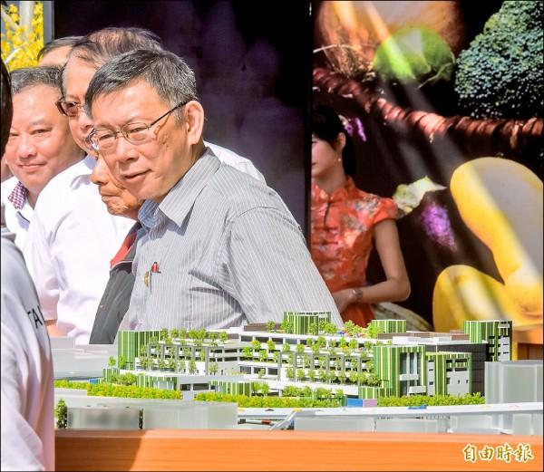 環南市場歷經4名市長改建終於動工,要打造綠建築現代化市場,台北市長柯文哲出席開工祈福典禮時,不時望著新市場模型露出思考神情。(記者黃耀徵攝)