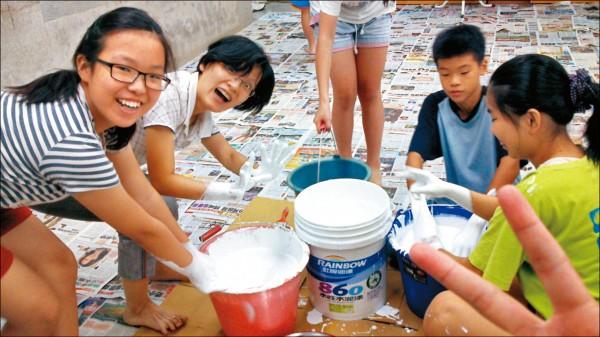 屏東縣大同中學教師郭欣芝(左二)帶領學生在玩樂中引發學習興趣,今年獲選屏東縣Super教師。(教育部提供)