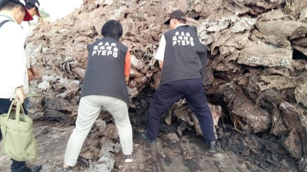 環保局及警方人員破獲非法污泥廠。(記者葉永騫翻攝)