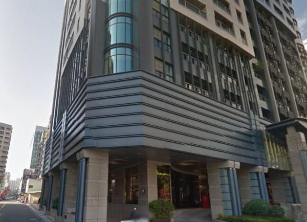 台中市西區中興街一棟大樓今日上午傳出母子墜樓意外,兩人皆插管命危。(圖擷自Google街景)