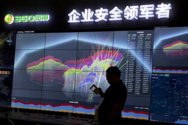 中國第十二屆全國人大常委會今表決通過《網路安全法》,人權團體抱怨此法將延展對社會的控制。(美聯社)