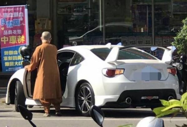 比丘尼開價值上百萬元的Toyota雙門跑車86出來化緣,引起網友注意。(圖取自臉書爆料公社)