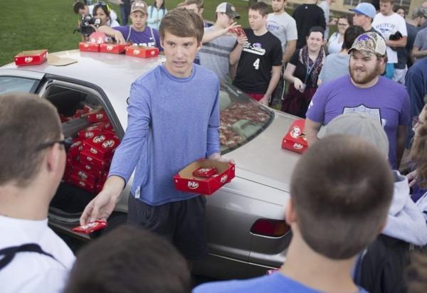 現在他擁有一大堆巧克力,甚至可以分給全校同學吃。(圖取自推特)