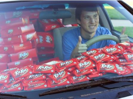 6500條巧克力堆滿男大生的車。(圖取自推特)