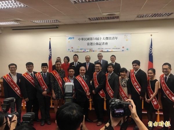 中華民國第54屆十大傑出青年,接受評委會主委王金平的頒獎。(記者鄭鴻達攝)