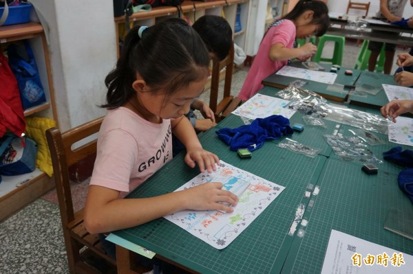 學生們認真的上著莎貝莉娜精靈印畫學院開設的印畫課。(記者林敬倫攝)