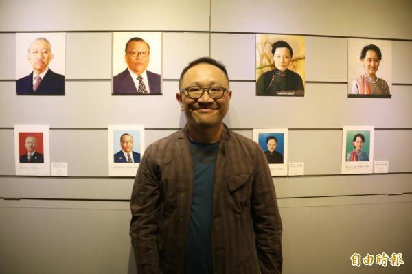 陳擎耀首次展出影像創作草圖,他的作品合成自己與知名政治人物肖像 。(記者張軒哲攝)