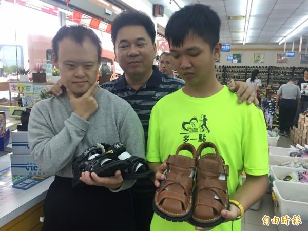 迦南院生平時經常穿的是外界捐贈的二手鞋,在臉書社團的愛心下,終於有機會為自己選新鞋。(記者羅欣貞攝)