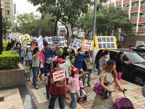 反同團體護家盟今早至立法院前抗議,據網友統計,現場約有50人左右。(擷取自PTT)