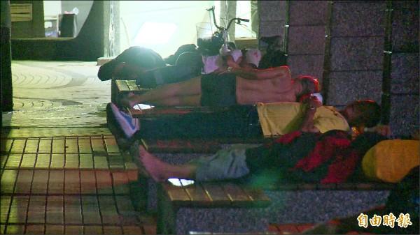 二信公車循環站每到晚上10點過後,常有街友逗留、過夜。(資料照,記者林欣漢攝)