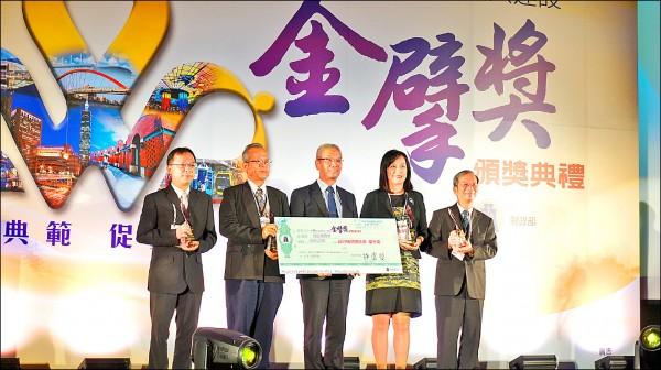 市政府秘書長許育寧(右二)前往代表受獎。(文化局提供)