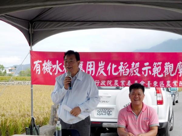 台東農改場場長陳信言主持有機水稻應用炭化稻殼示範觀摩會。 (記者黃明堂翻攝)