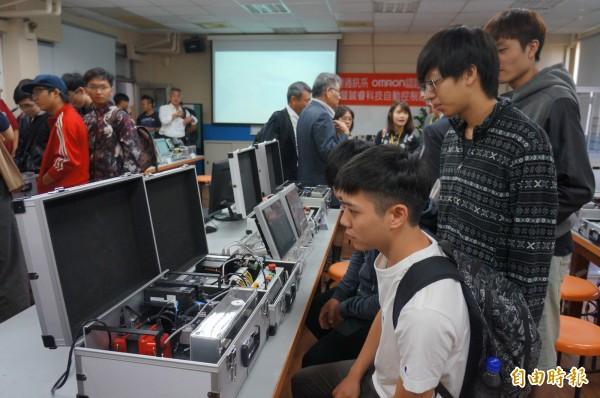 軟硬體相關設施,提供學生專業的學習環境。(記者林孟婷攝)
