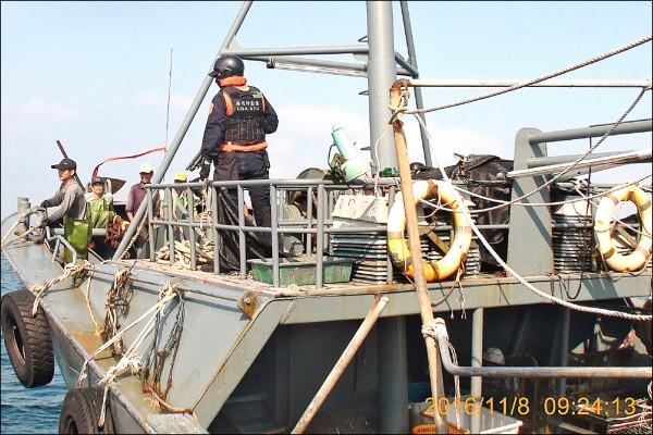 海巡特勤人員荷槍,控制船上中國漁工。(澎湖海巡隊提供)