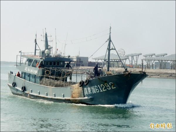 海巡特勤人員全副武裝,控制中國漁船船艏。(記者劉禹慶攝)