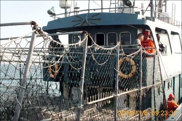 海巡特勤人員控制駕駛艙,禁止中國漁工靠近奪回。(澎湖海巡隊提供)