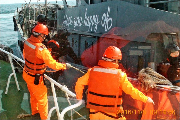 海巡特勤人員強登越界中國漁船,第一步就是控制駕駛艙。(澎湖海巡隊提供)