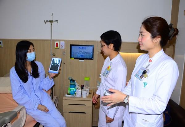 奇美醫學中心建置的智能病房,獲得病人及其家屬的肯定。(記者吳俊鋒攝)