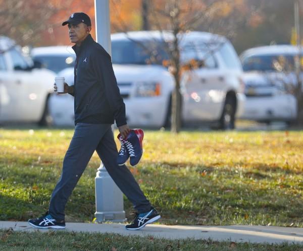 即將卸任的總統歐巴馬投票日一早就前往健身房打籃球。(美聯社)